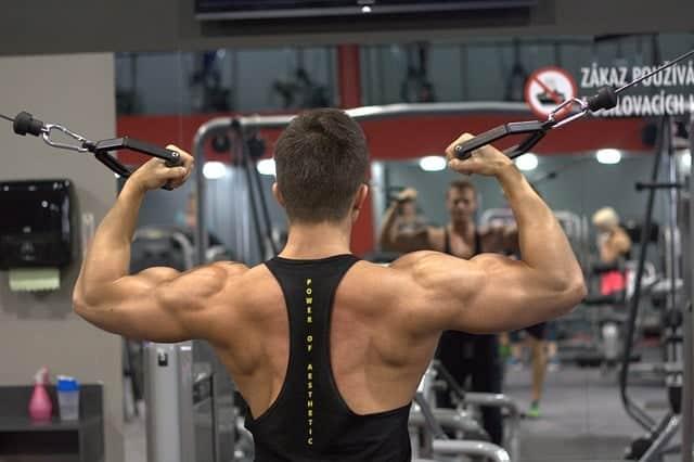 άνδρας γυμνάζεται στο γυμναστήριο