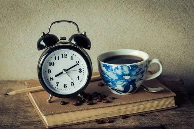ένα φλιτζάνι καφέ και ένα ξυπνητήρι