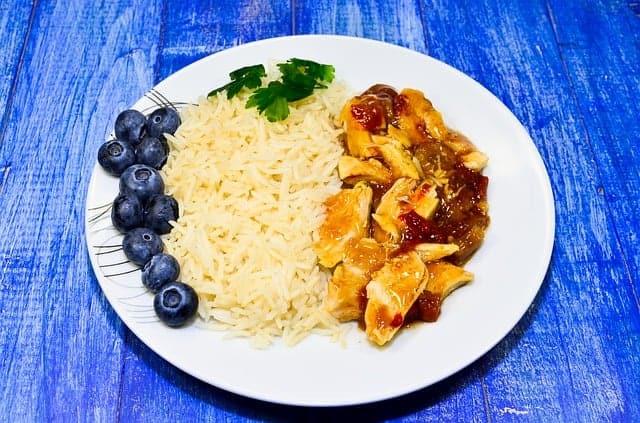 ρύζι με στιφάδο στο πιάτο