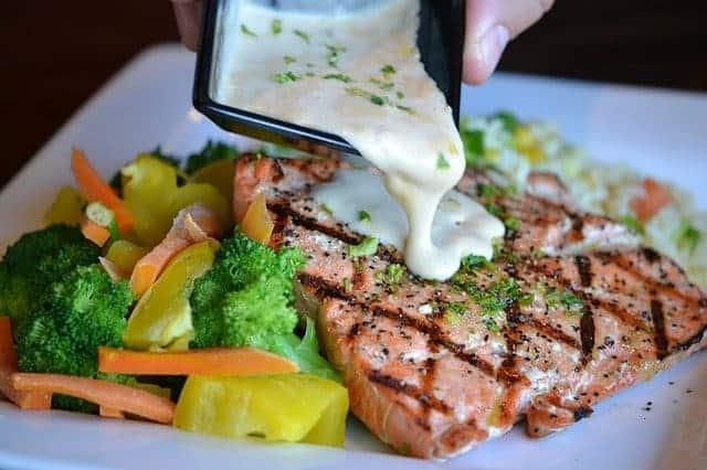 Λαχανικά και ψητά ψάρια σε ένα πιάτο