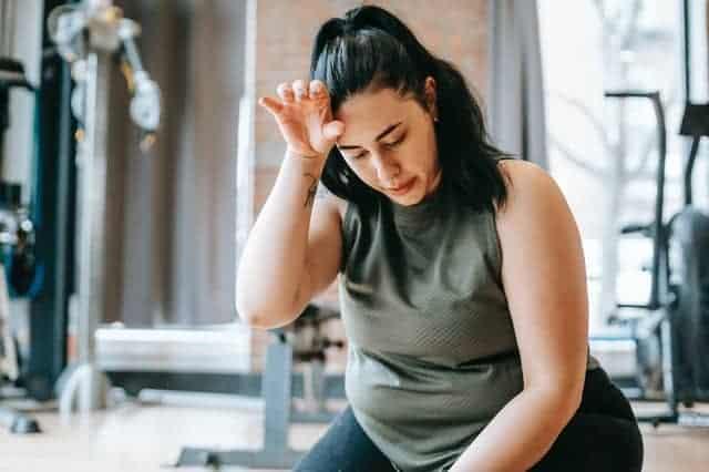 υπέρβαρη γυναίκα κουρασμένη μετά από προπόνηση