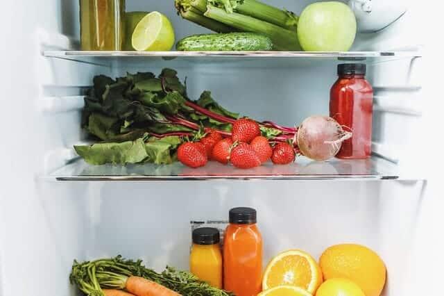 μέσα στο ψυγείο, λαχανικά, φρούτα και χυμοί