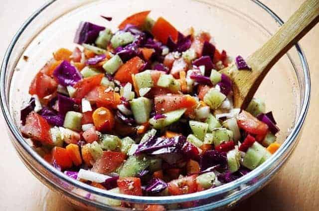 ψιλοκομμένα λαχανικά σε σαλατιέρα