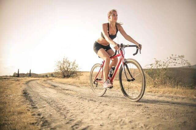γυναίκα κάνει ποδήλατο